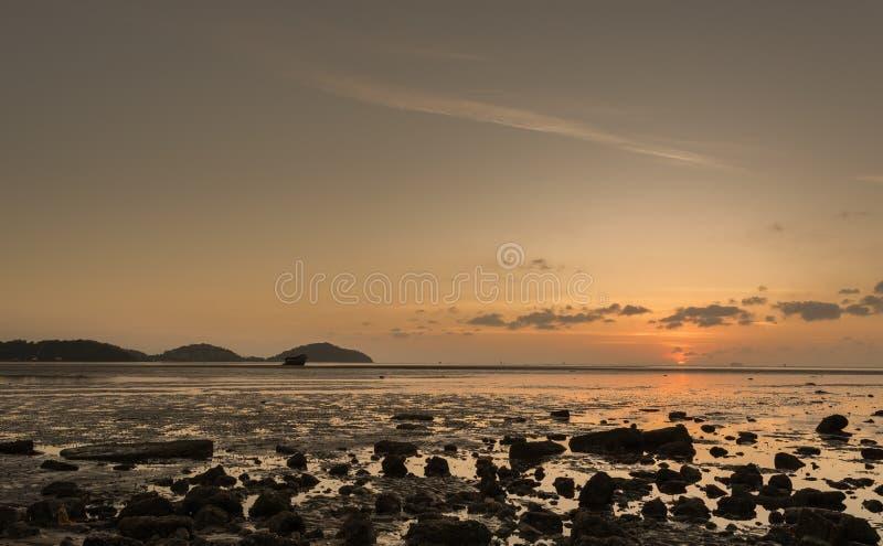 与云彩和siluate小船的日出 图库摄影