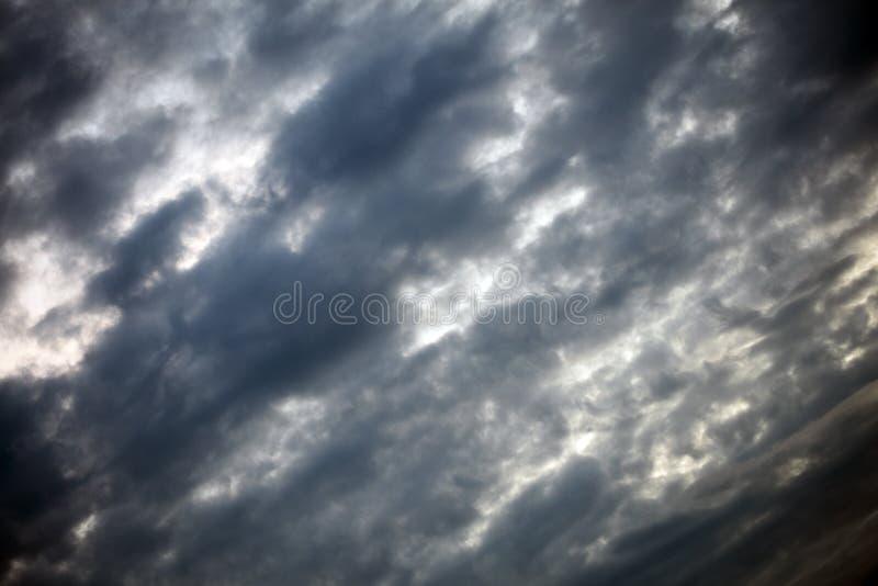 与云彩哀伤的心情夏天宏观背景美术的灰色天空在优质印刷品产品五十megapixels 图库摄影