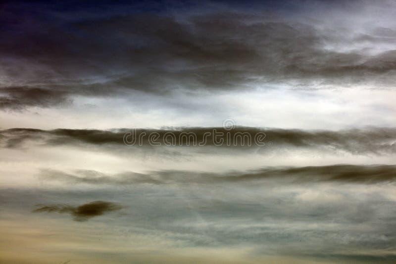 与云彩哀伤的心情夏天宏观背景美术的灰色天空在优质印刷品产品五十megapixels 库存图片