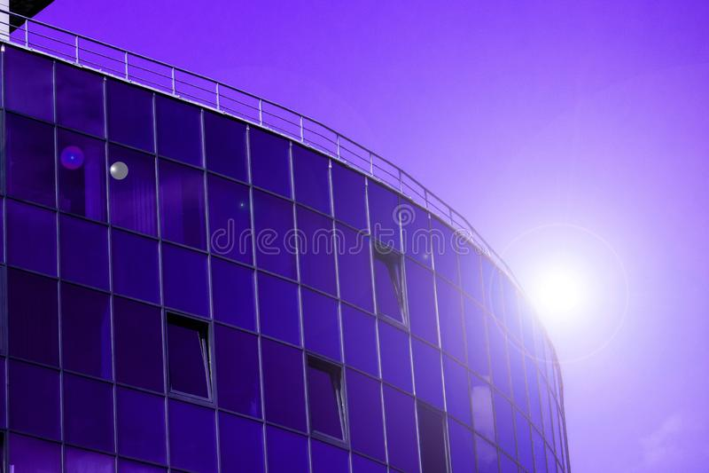 与云彩天空反射的玻璃墙门面 现代都市建筑学背景 摩天大楼商业中心、银行或者旅馆 库存照片