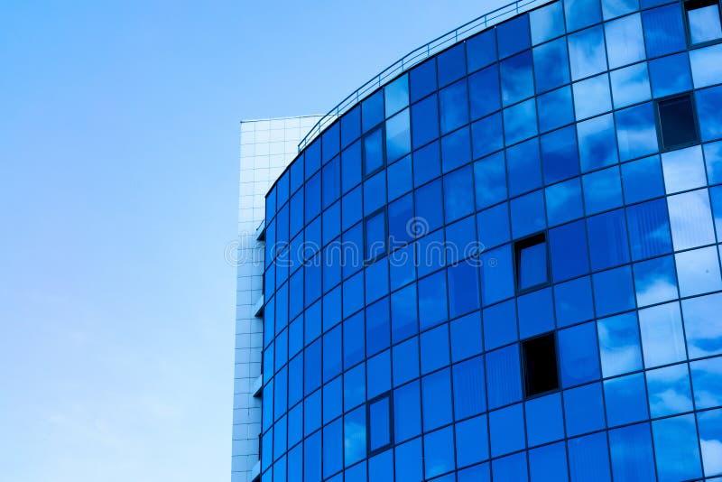 与云彩天空反射的玻璃墙门面 现代都市建筑学背景 摩天大楼商业中心、银行或者旅馆 免版税库存照片