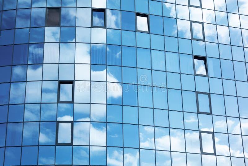 与云彩天空反射的玻璃墙门面 现代都市建筑学背景 摩天大楼商业中心、银行或者旅馆 库存图片
