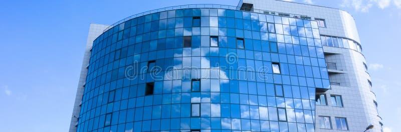 与云彩天空反射的玻璃墙门面 现代都市建筑学背景 摩天大楼商业中心、银行或者旅馆 免版税图库摄影