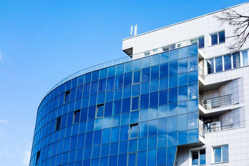 与云彩天空反射的玻璃墙门面 现代都市建筑学背景 摩天大楼商业中心、银行或者旅馆 图库摄影
