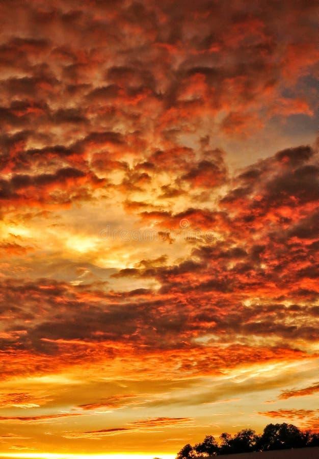 与云彩层数的日落  免版税图库摄影
