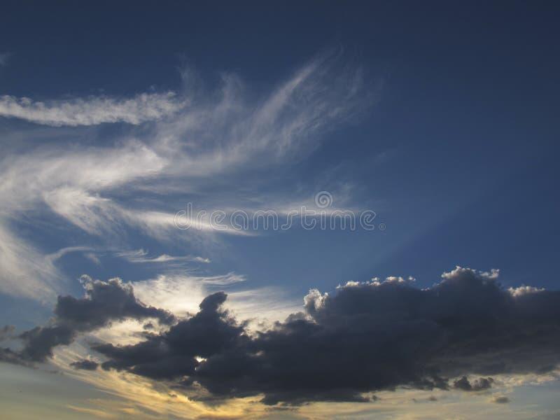 与云彩形成的天空 免版税库存照片