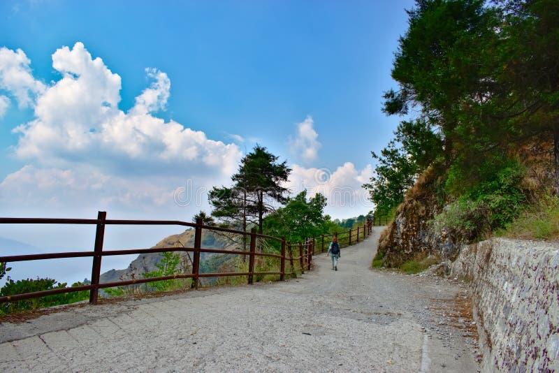 与云彩形状的俏丽的风景风景在美丽的山附近移动目的地 免版税库存图片