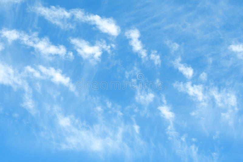 与云彩模式的晴天 库存图片