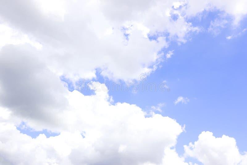 与云彩特写镜头的天空蔚蓝 库存图片