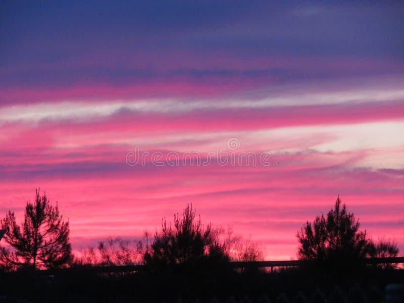 与云彩的一种难以置信的颜色的美好的日落 免版税库存图片