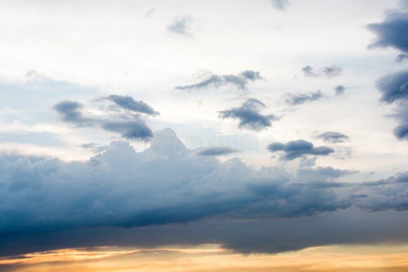 与云彩的五颜六色的天空 免版税库存图片