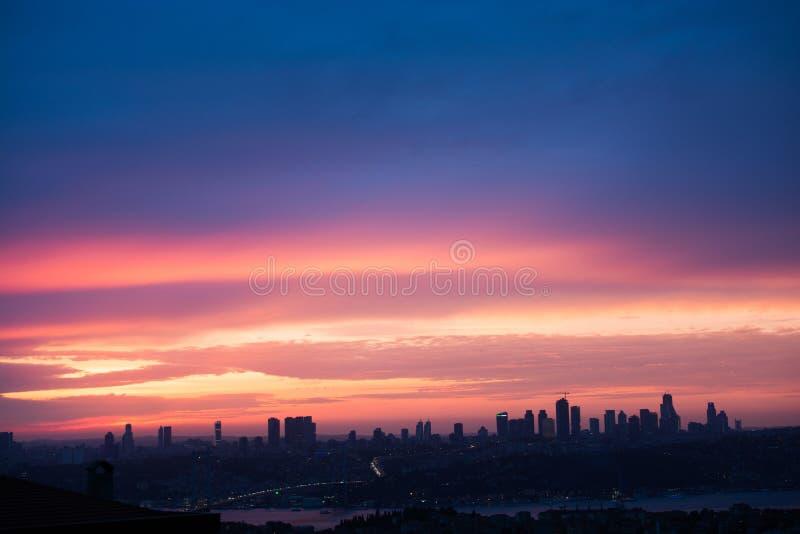与云彩的五颜六色的天空 免版税图库摄影