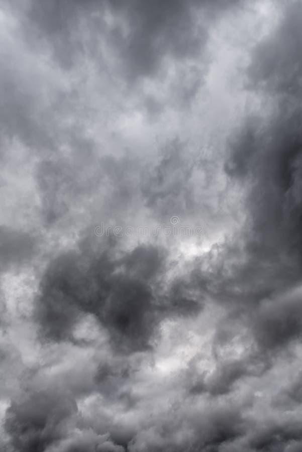 与云彩的冷面风雨如磐的天空 库存照片
