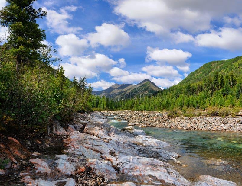 与云彩的天空在山河 免版税库存图片