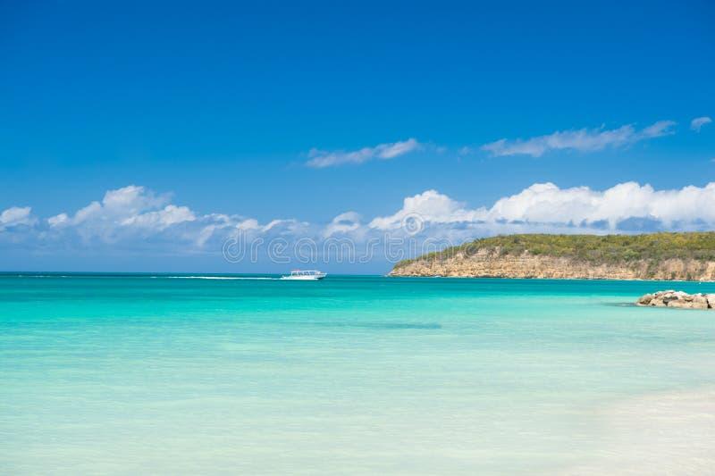 与云彩的天空在风平浪静海滩热带手段 小船旅游船在绿松石海洋盐水湖 旅游胜地 免版税库存照片