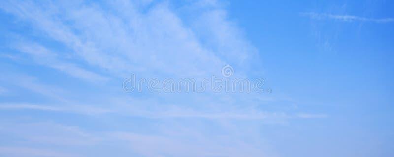 与云彩的天空蔚蓝分层堆积在白天 免版税图库摄影