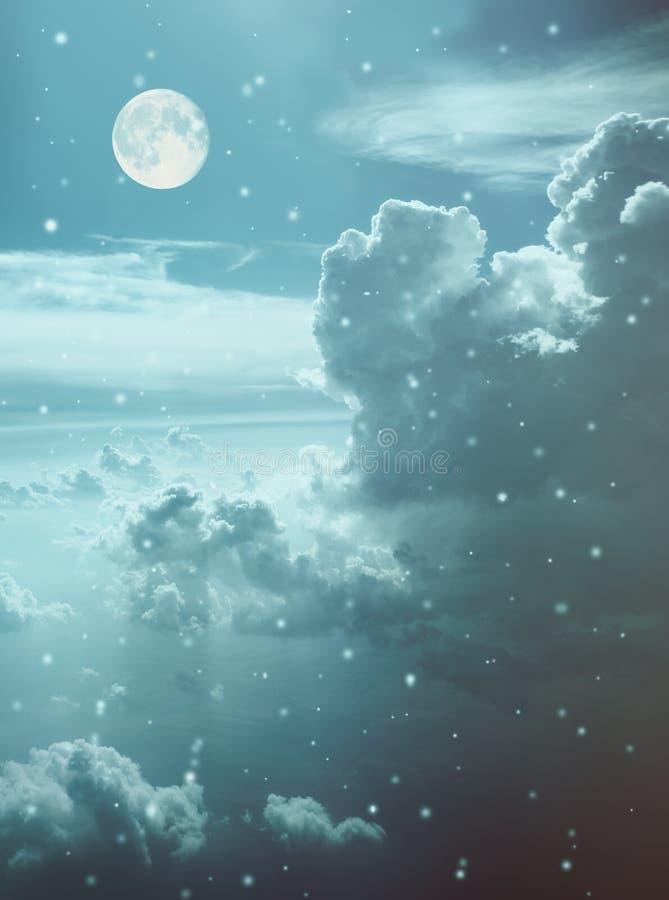 与云彩的天空,月亮 免版税库存照片
