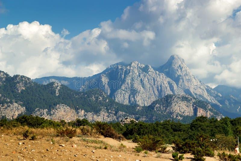 与云彩的山风景 免版税图库摄影