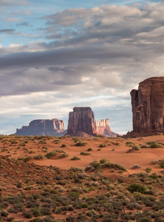 与云彩的日出在纪念碑谷 免版税图库摄影