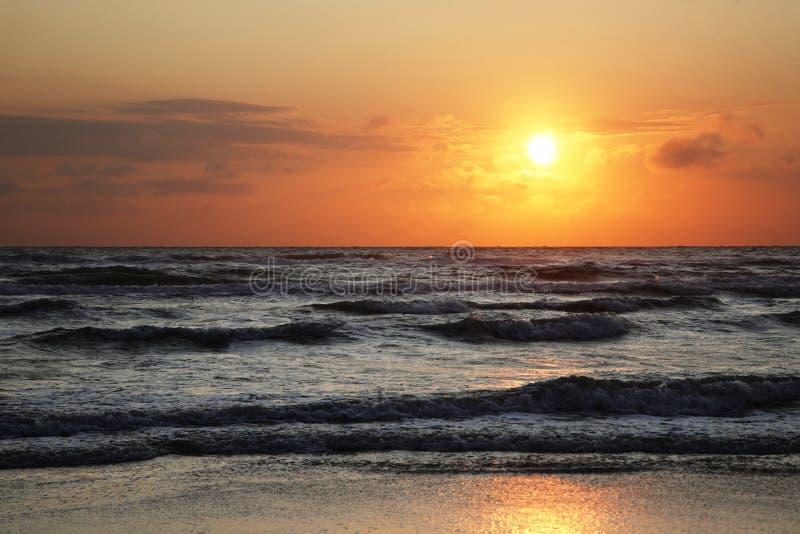 与云彩的日落在北海 免版税库存图片