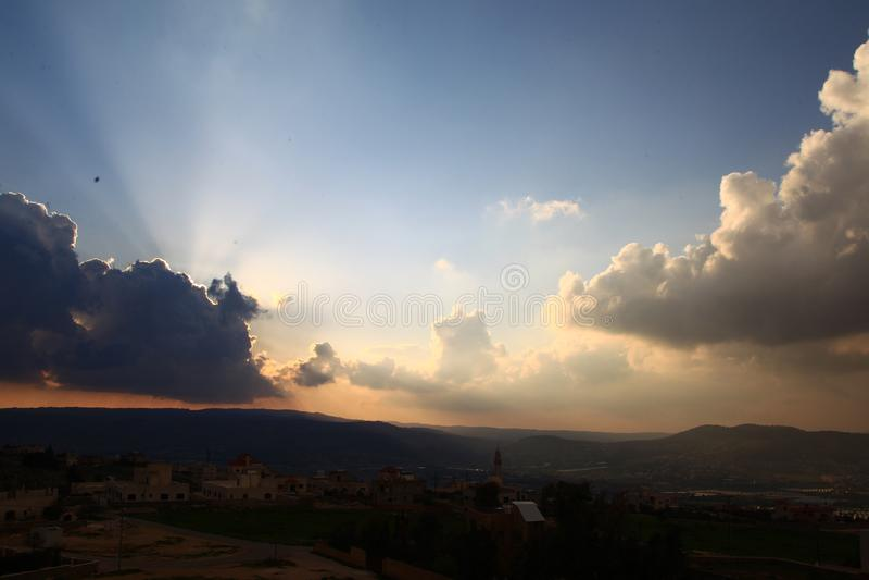 与云彩的日落天空在阿拉伯城市 库存图片
