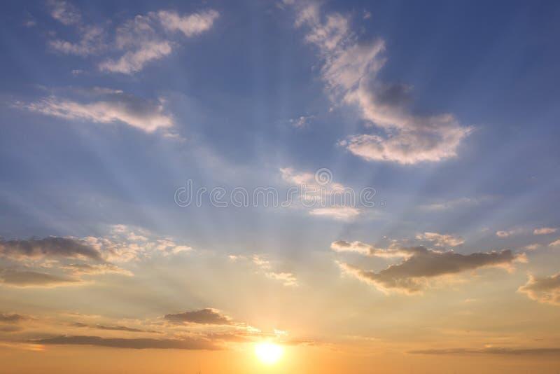 Download 与云彩的日落天空-太阳和天空 库存图片. 图片 包括有 黄昏, 颜色, 旭日形首饰, 黎明, 日落, 日出 - 59100959