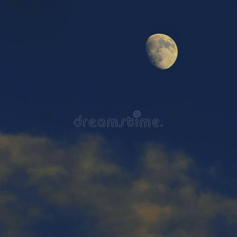 与云彩的月亮 免版税库存图片