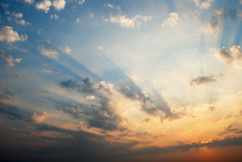 与云彩的火热的天空在日落 免版税库存图片