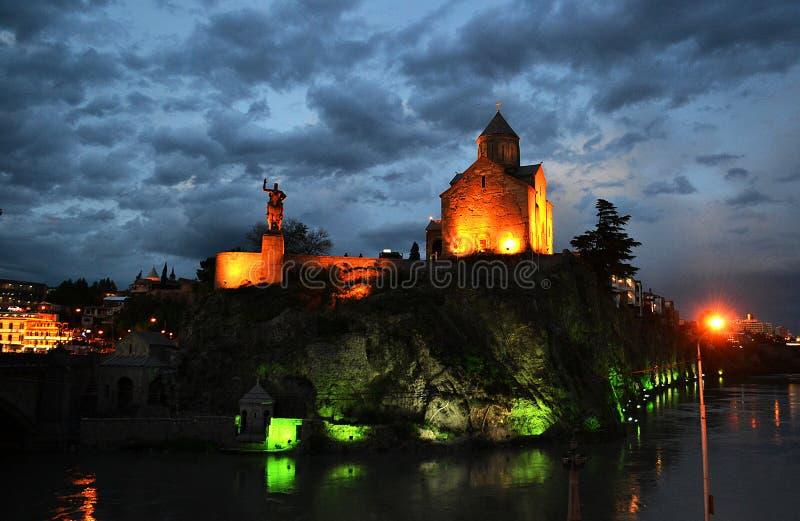 与云彩的第比利斯惊人的夜视图 免版税图库摄影