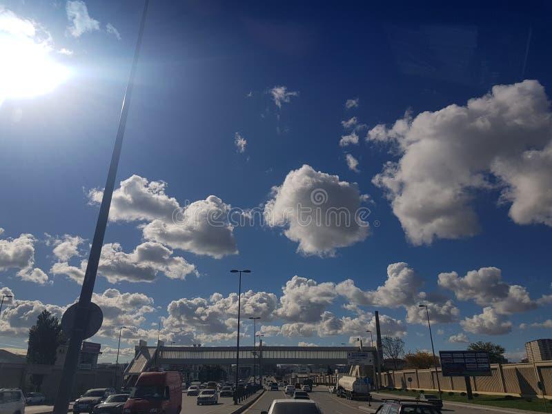 与云彩的美丽的天空在巴库,从汽车的看法 阿塞拜疆 免版税库存图片