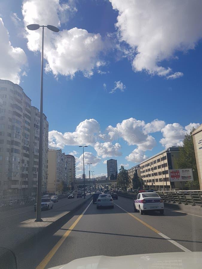 与云彩的美丽的天空在巴库,从汽车的看法 阿塞拜疆 免版税库存照片