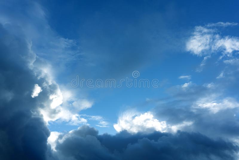 与云彩的美丽的天空在日落晚上前 免版税图库摄影