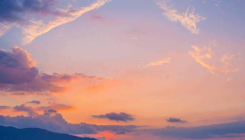 与云彩的美丽的日落天空,山景 免版税库存照片