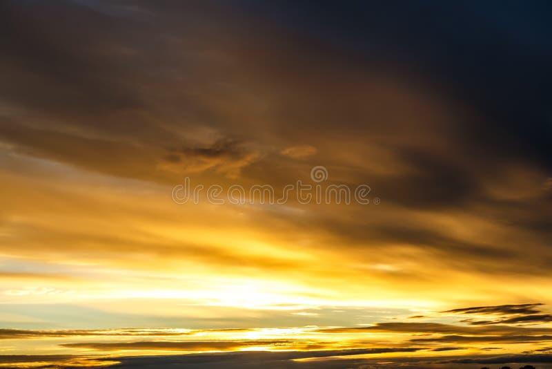 与云彩的蓝天在日落前 免版税图库摄影