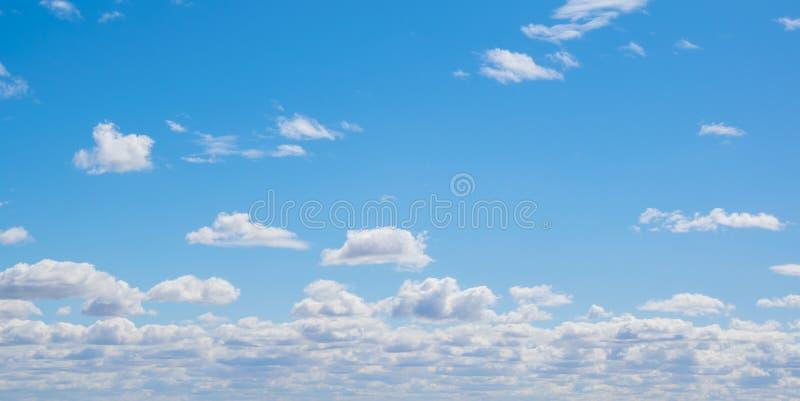 与云彩的蓝天在晴天 免版税库存照片