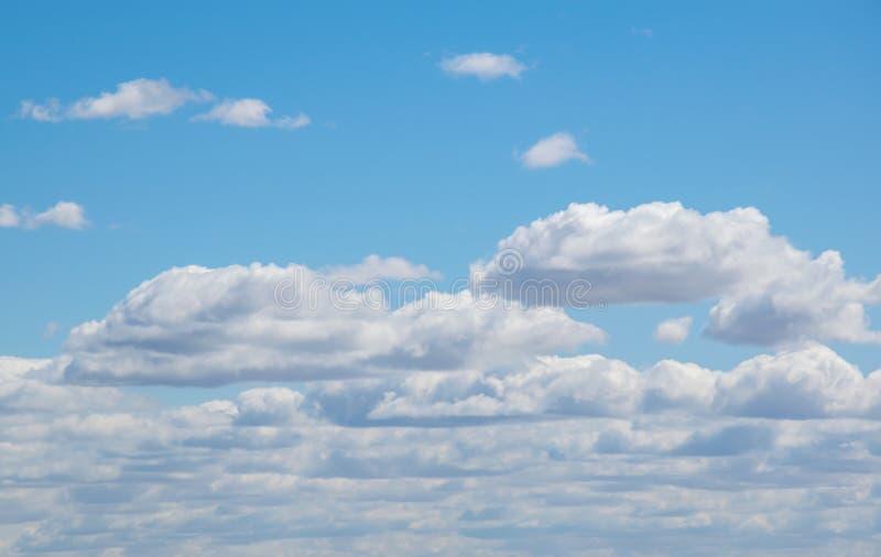 与云彩的蓝天在晴天 免版税库存图片
