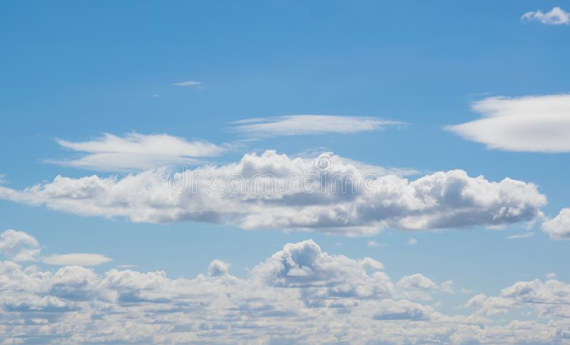 与云彩的蓝天在晴天 免版税图库摄影