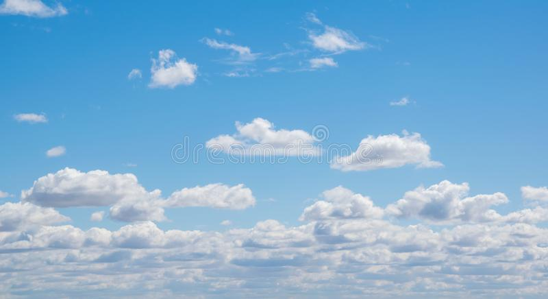 与云彩的蓝天,室外 免版税库存照片