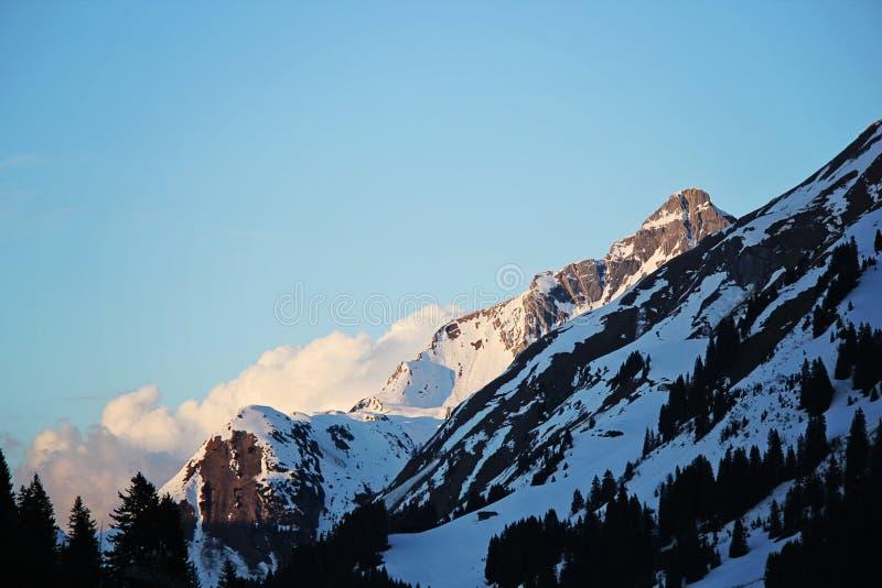 与云彩的蓝色斯诺伊山峰在Lec,奥地利 库存照片