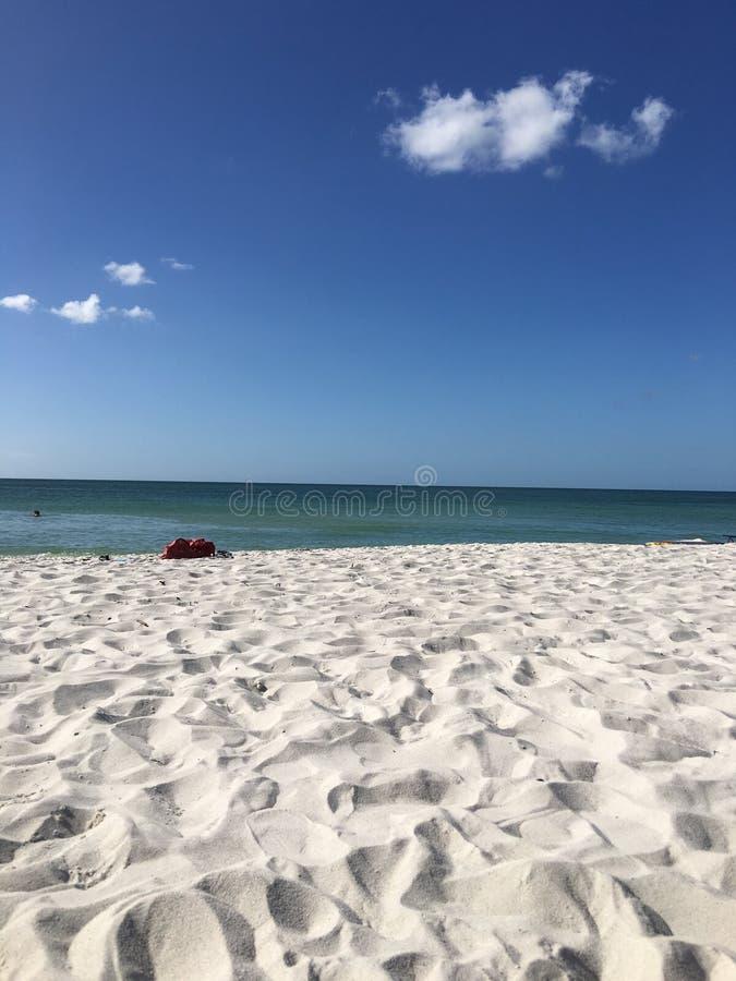 与云彩的蓝色海滩场面 库存照片