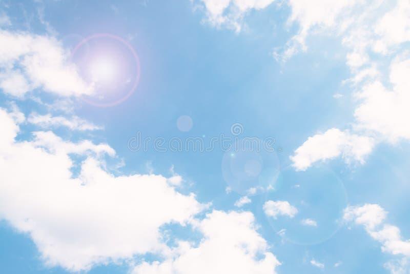 与云彩的软的天空蔚蓝背景 太阳强光作用 免版税库存照片