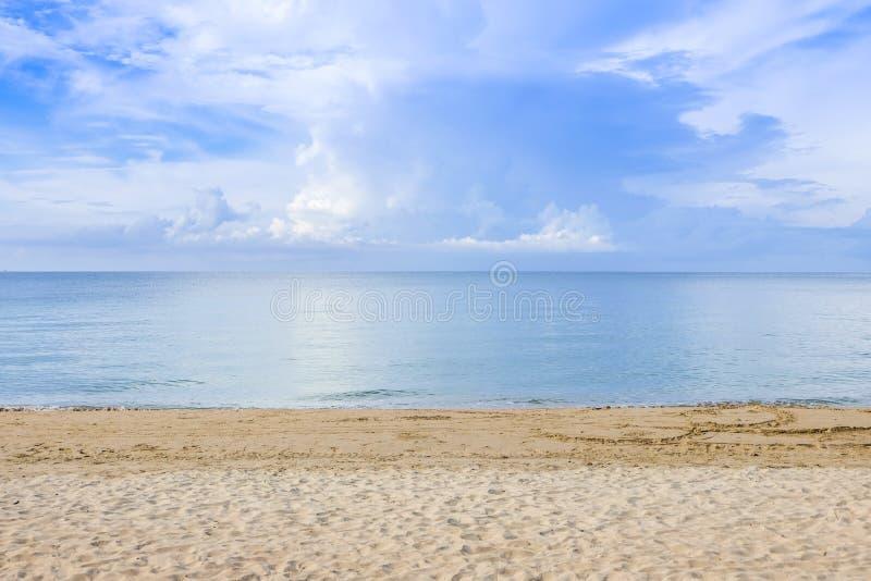 与云彩的阴暗天空海上Chaolao Tosang海滩圣歌的 免版税库存照片