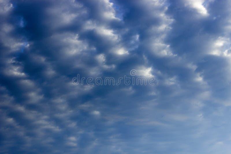 与云彩的阴沉的天空蔚蓝 免版税库存图片