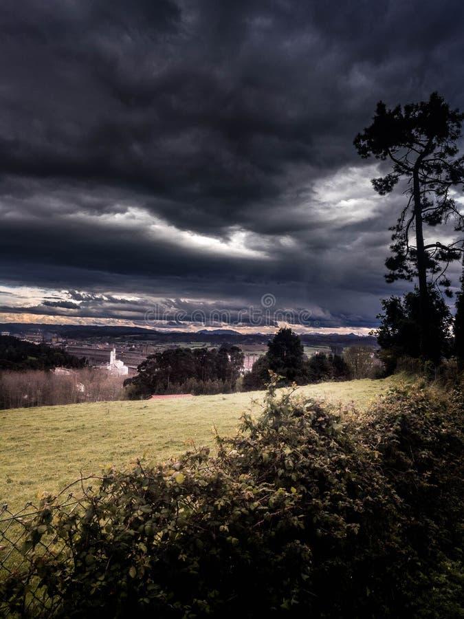 与云彩的风雨如磐和黑暗的天空 免版税库存图片