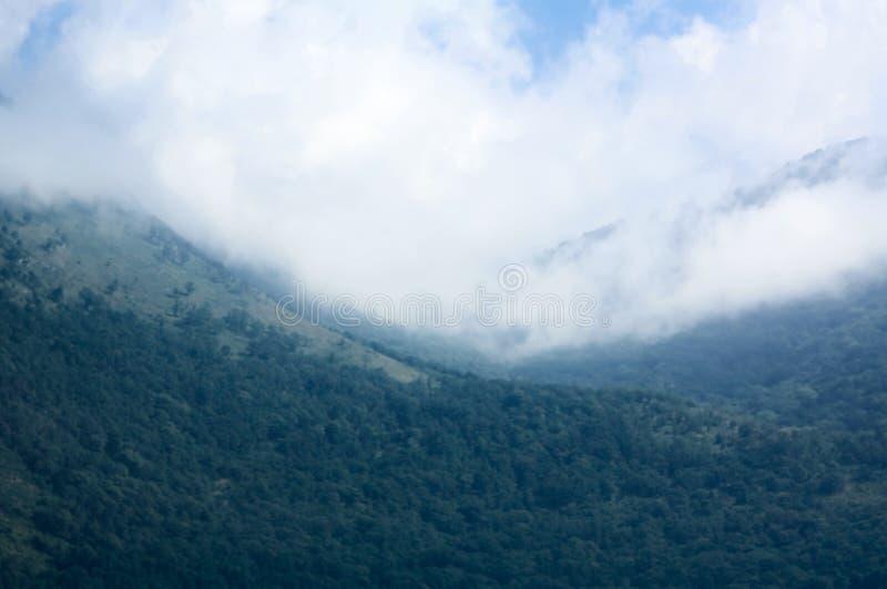 与云彩的高加索mountaines 免版税库存照片