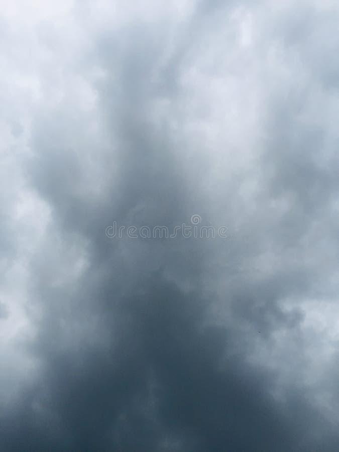 与云彩的黑暗的天空经受自然云彩风暴 免版税库存照片