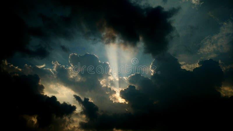 与云彩的黑暗的天空 库存照片