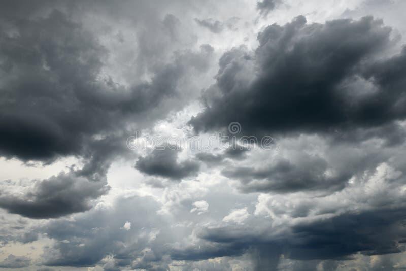 与云彩的黑暗的风雨如磐的天空背景的 免版税库存照片