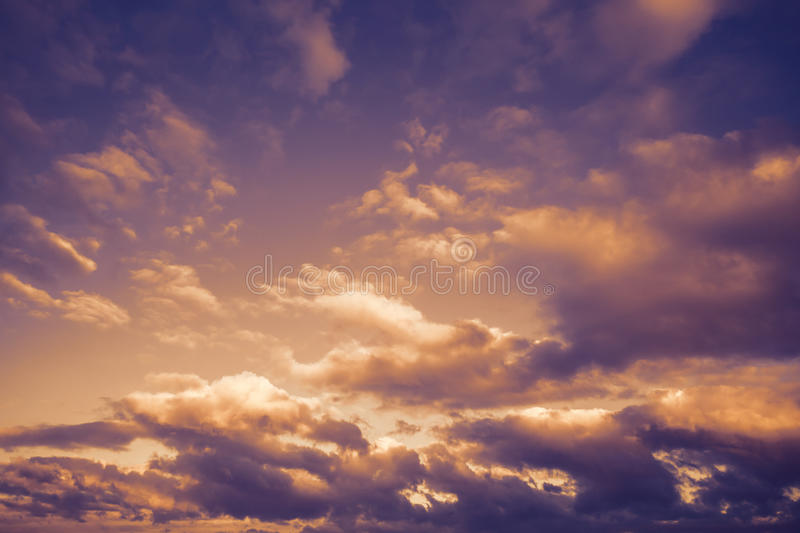 与云彩的黑暗的喜怒无常的风雨如磐的天空,抽象背景 库存图片