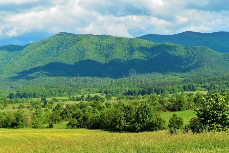 与云彩的Montain视图 免版税库存图片